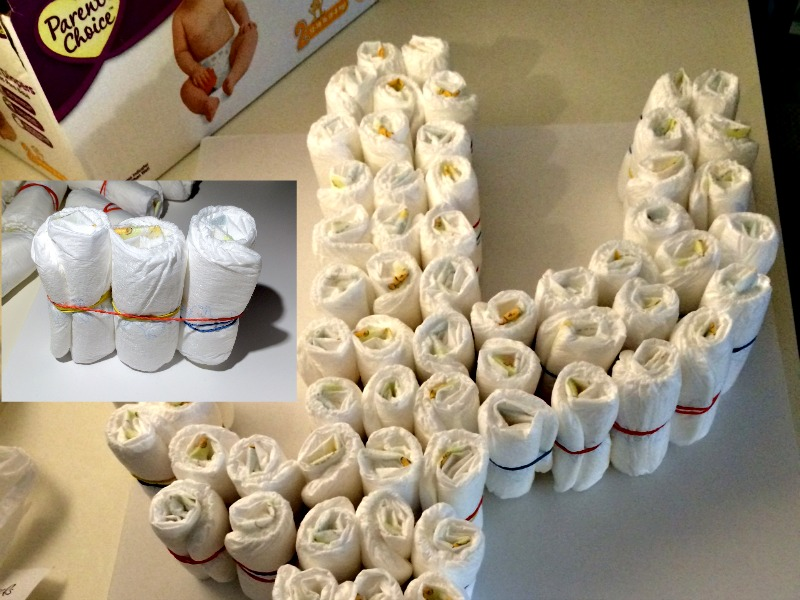 Use rubber bands to create solid lines of diapers for diaper cake #Shop