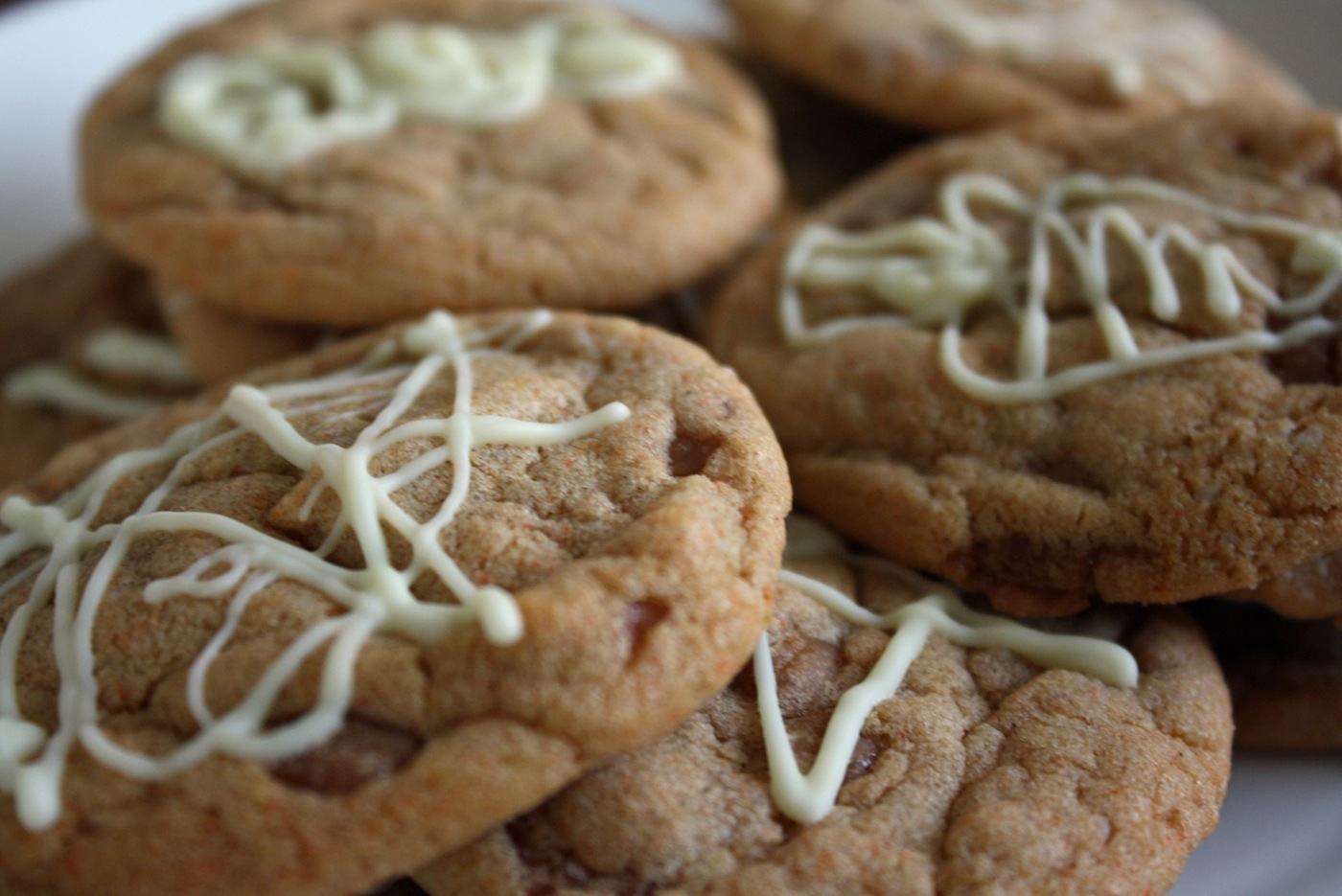 Drizzle white chocolate on caramel pumpkin spice cookies