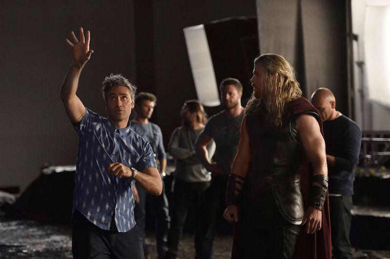 Taika with Hemsworth on Thor Ragnarok Set